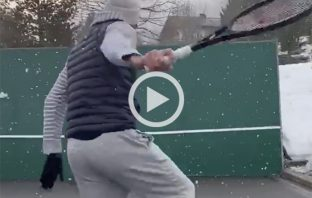 Federer gioca a muro sotto la neve