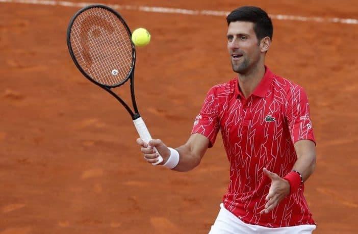 Novak Djokovic dà lezioni in strada, ma senza mascherina