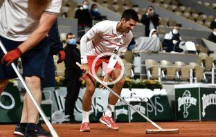 Parigi, Djokovic pulisce il campo dopo la pioggia