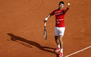 Novak Djokovic al servizio al Roland Garros 2020