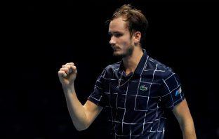 Daniil Medvedev batte Djokovic e vola alle Atp Finals