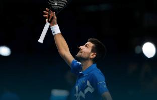Djokovic si mette a vedere una partita tra bambini (VIDEO)