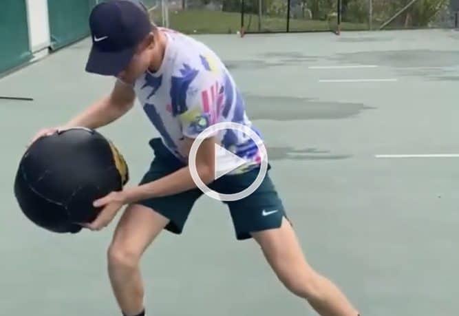 L'allenamento di Sinner con la palla medica