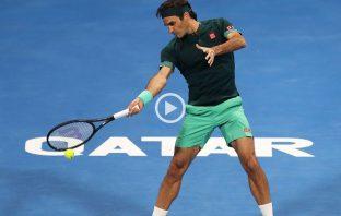 Roger Federer chiude il primo set contro Daniel Evans