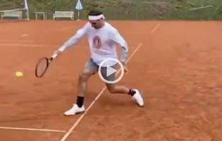 Federer si allena sulla terra battuta in Svizzera